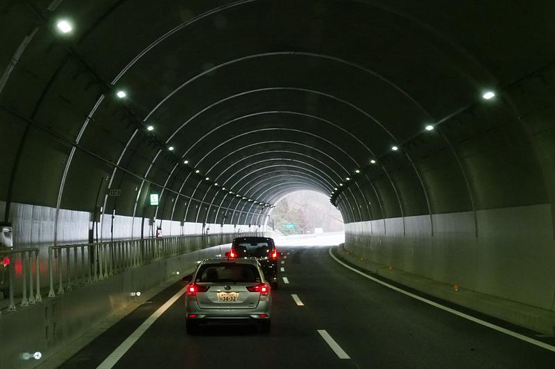トンネル内壁のリング状に見える細い線は端部が欠けやすいコンクリートの剥落対策シート