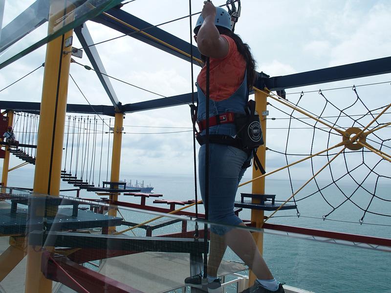舷側に大きく張り出したロープを滑り降りるジップラインが待っている