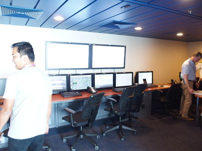 操舵室左舷後部にあるモニターエリアには多数の液晶ディスプレイを備え