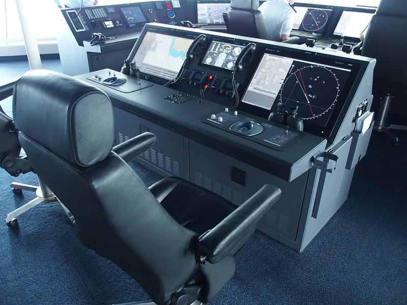 メインコンソールエリアの後部右シートが船長専用席