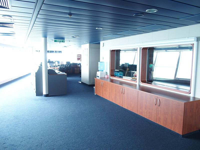 操舵室中央から右舷ウイング方向を見る。右に見える窓がBridge Viewing Roomに通じている