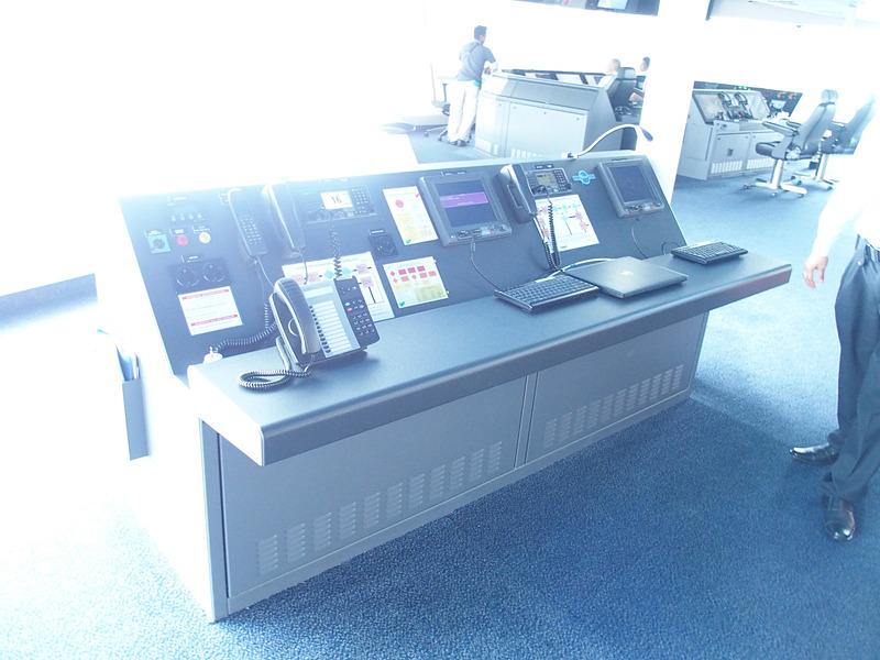 ここは、メインコンソールエリアの左舷側に隣接する国際VHFなどを備えたコミュニケーションワークエリア