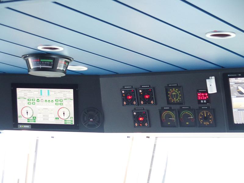 操舵室中央窓際上部の計器類を左舷側から順に見ていく