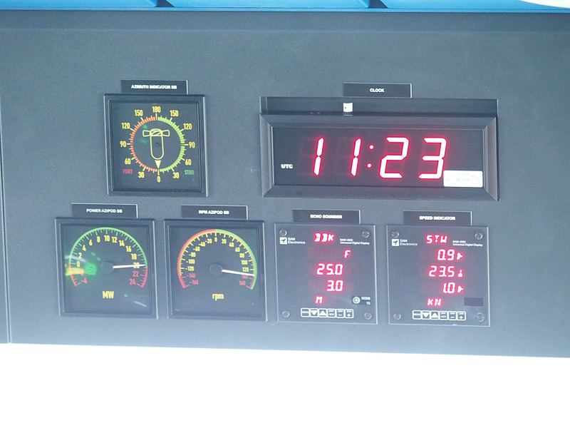 その右舷側に時計や船速表示盤を備える