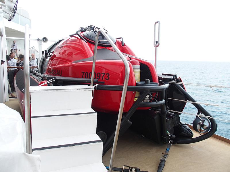 ゲンティン ドリームが搭載する潜水艇「C-Explorer 5」を左舷後方から見る