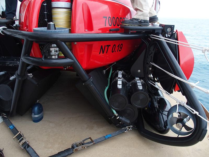写真中央に見える円筒形は駆動用のリチウムイオンバッテリだ。左側にある糸巻きのようなものは本船と潜水艇を結んでリモート操船や緊急時の牽引を可能にするケーブル