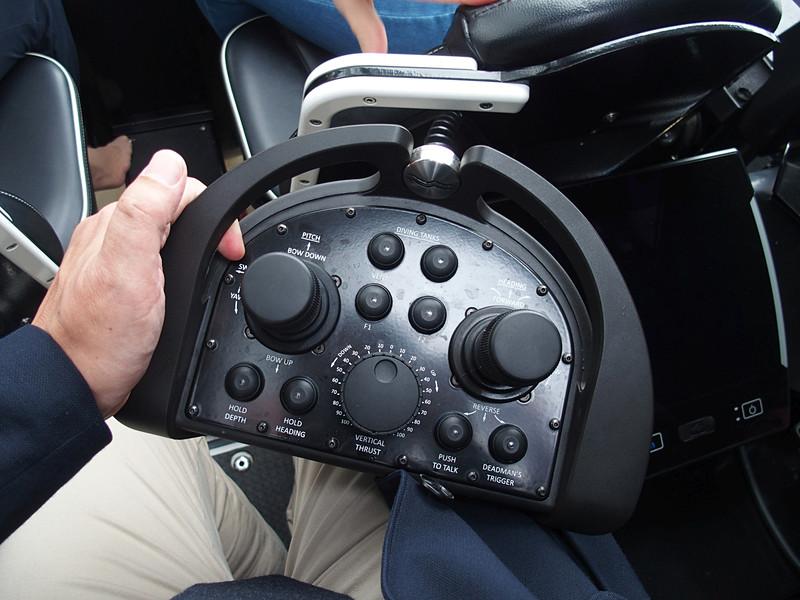 操船コントローラはゲームパットのようなレイアウトをしている。深度と針路維持は自動で制御するので、操船はドローンの感覚でできる