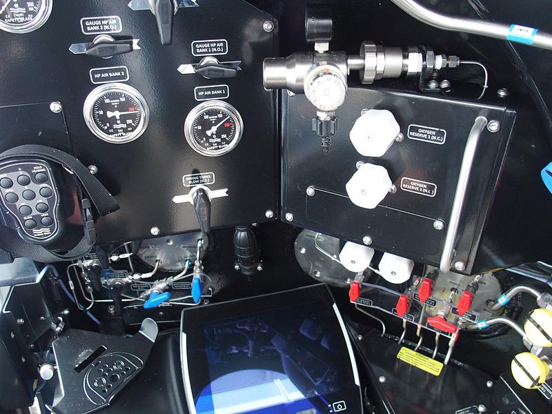 艇長席の左右に備えた各種スイッチやバブルは緊急時のみ操作する