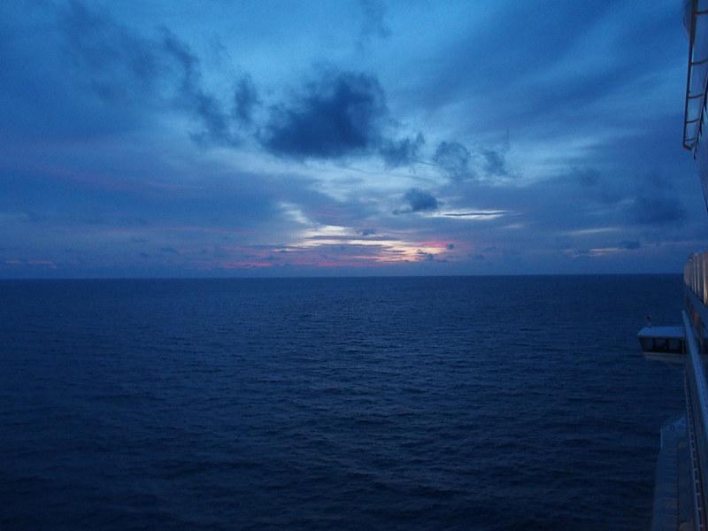 花火を予定していた航海5日目は未明から大時化だったが、夕方になってようやく青空が見えてきた