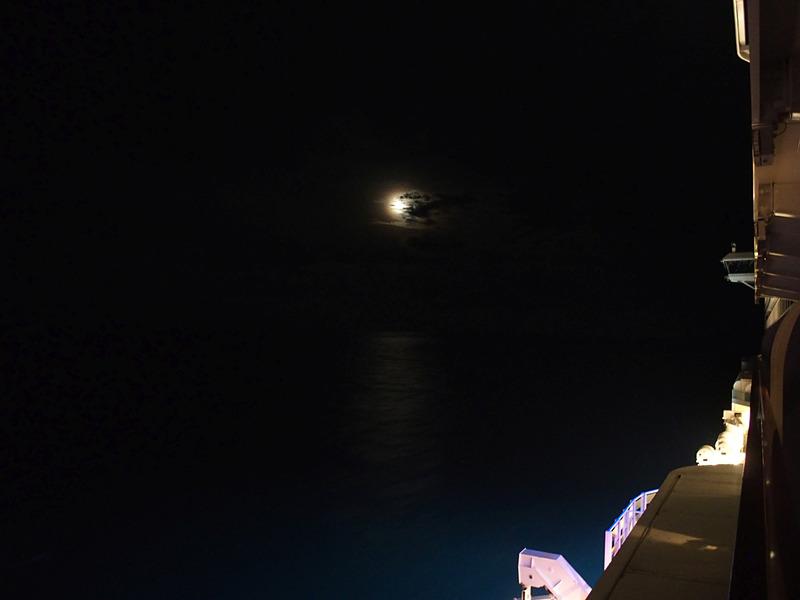 今回の航海で初めてきれいな月夜になって海面も淡く照らされた