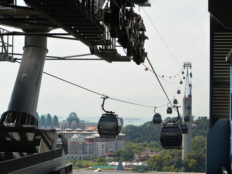 ハーバーフロントとセントーサ島を結ぶロープウェイはシンガポール港を眺める隠れたビュースポットだ