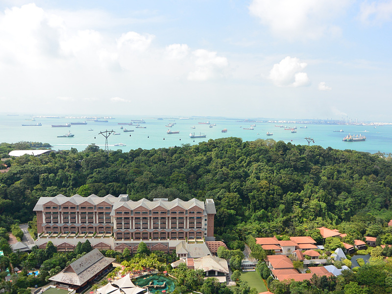 ロープウェイで最も高いポイントからシンガポール港を見る