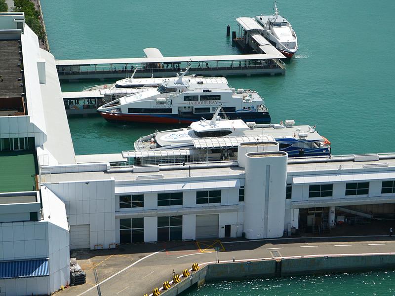 さらに、係留している客船や遊覧帆船を上から眺めてその配置を詳しく知ることも可能だ