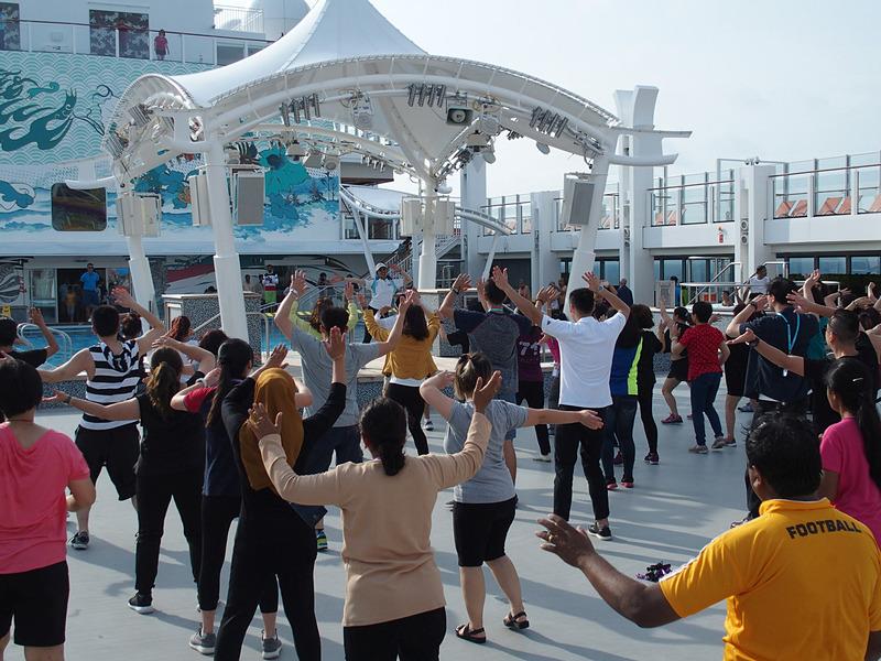 メインプール前の広場で行なうダンスエクスサイズは