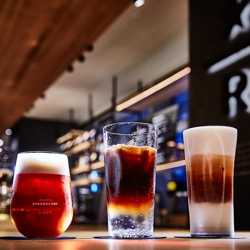左から「コーヒー スティープ ビール」(820円~)、「エスプレッソ トニック」(820円~)、「アイス フォーム マキアート」(800円~)