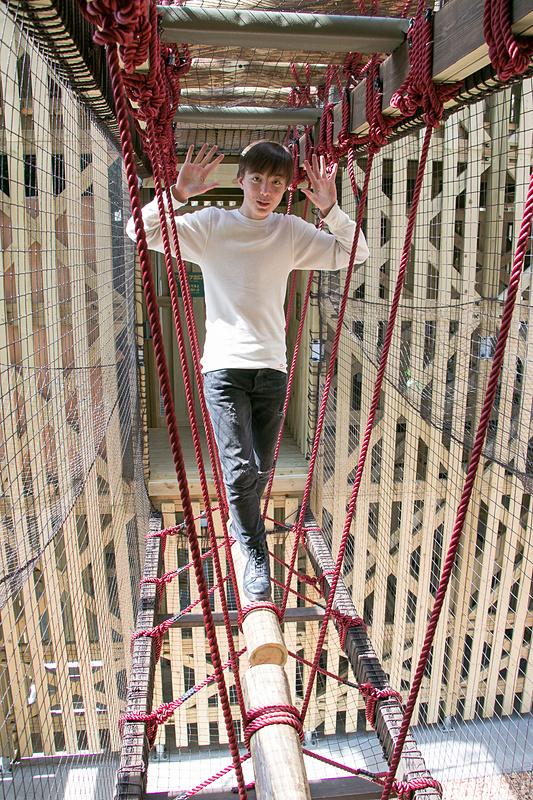高さがある丸太橋などを子供たちは平気で渡っていく