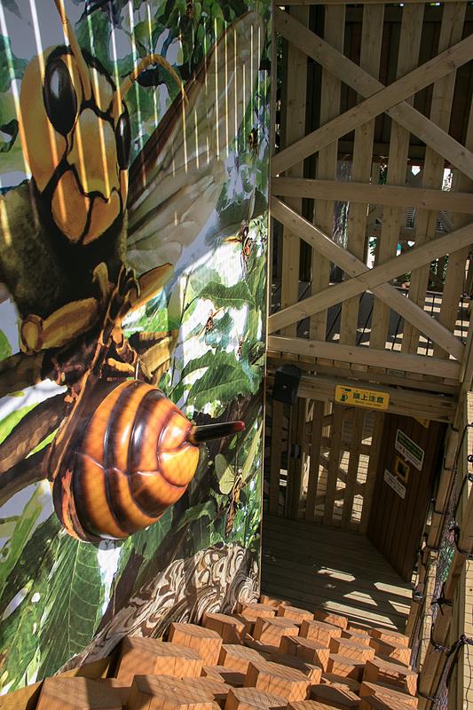 内部は巨大な昆虫のオブジェなどを盛り込んだアスレチックポイントが待ち構えている