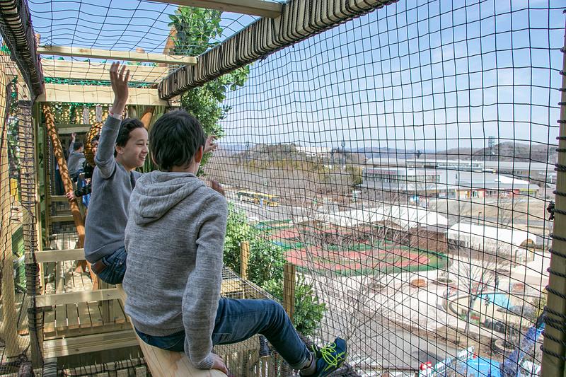 「森感覚アスレチック DOKIDOKI」は高台にあるので、最上階からの見晴らしはとてもよい。登頂記念に鐘を鳴らす