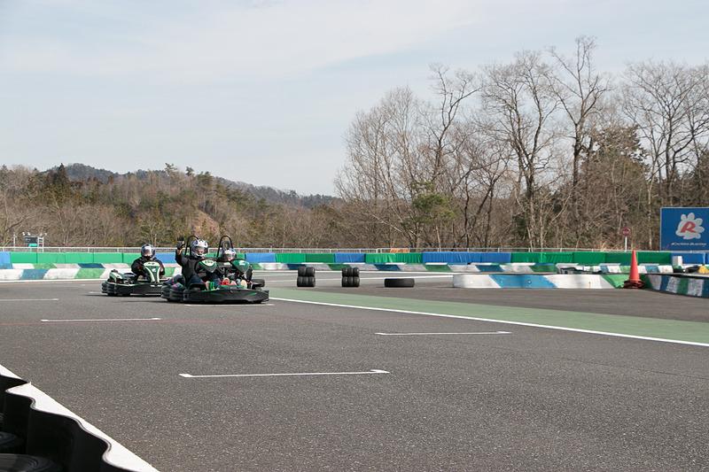 65km/hまでの「タイムアタックセッション」、50km/hまでの「エクスペリエンスセッション」、35km/hまでの「チャレンジカート」の3クラス(時間帯を分けて走行)から挑戦できる
