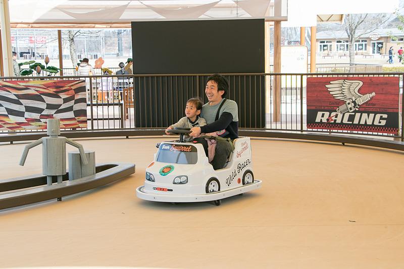 「ワイルドレーサー」ではスライドするミニカーに乗車してドリフト気分を味わえる