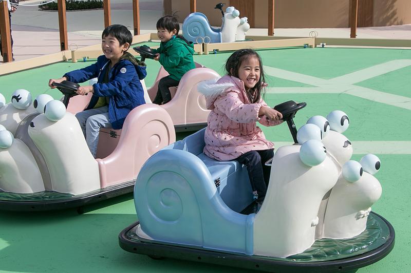 「おさんぽでんでん」は2人乗りのかたつむりマシーンで、のんびり運転を楽しめる