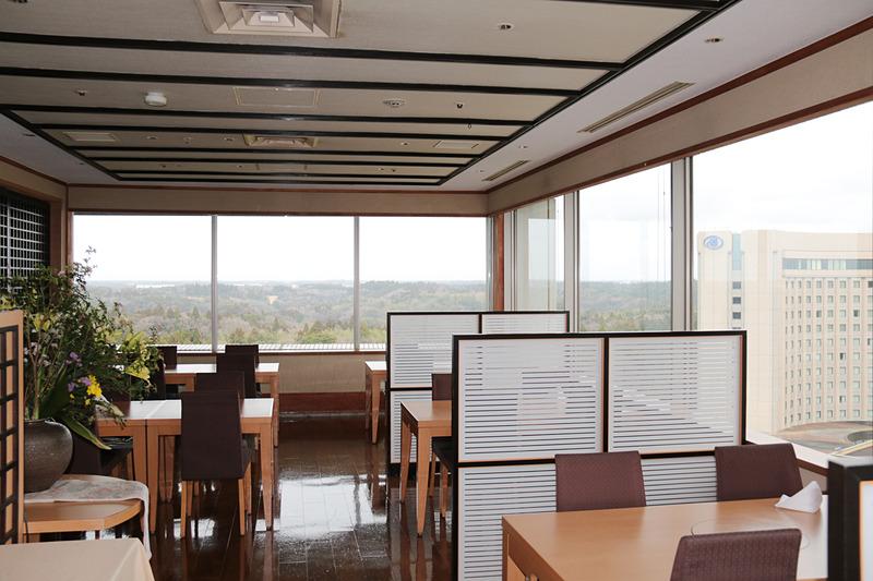 こちらは11階にある日本料理「あづま」の店内。営業時間外だったため料理を見ることはできなかったが、成田空港側のテーブル席からの眺めは飛行機好きに喜ばれそうだ