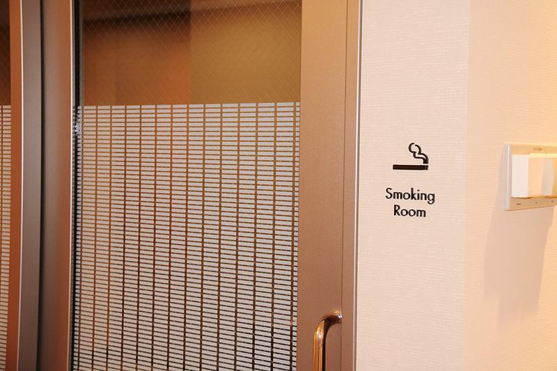 1階と地下1階の喫煙室。1階の喫煙室は明るく開放感がある