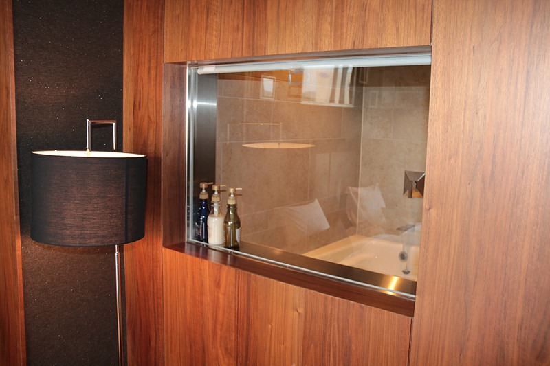 こちらが69.6m<sup>2</sup>の「プレミアスイート」。独立したデスク、リビング、ベッドルームにも大型テレビがありバスルームはシースルー。トイレは2つある