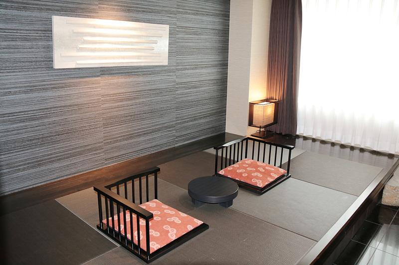 こちらも69.6m<sup>2</sup>のジャパニーズスイート「なごみ」。基本的なルームサイズは「プレミアスイート」と共通だが、和な雰囲気の座敷があり、ベッドも低床なものとなっている