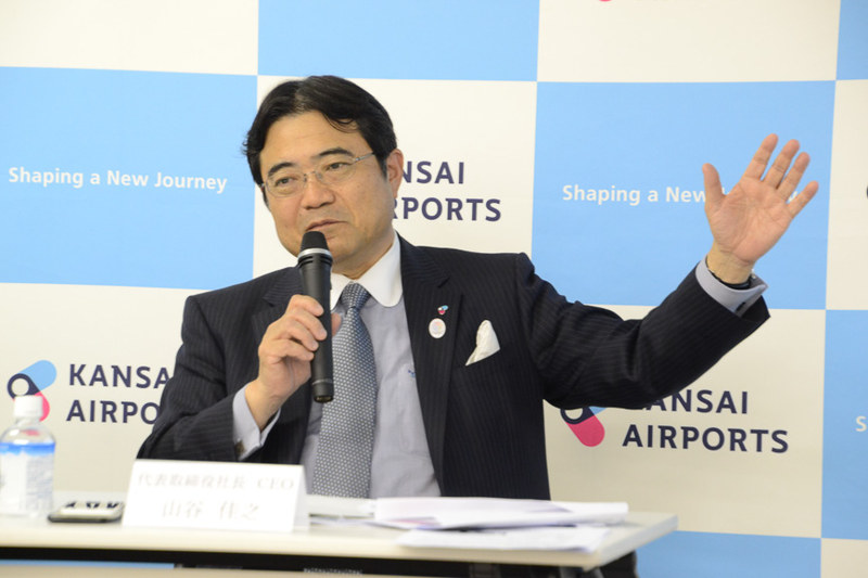 2018年夏期スケジュールについて説明した関西エアポート株式会社 代表取締役社長 CEO 山谷佳之氏