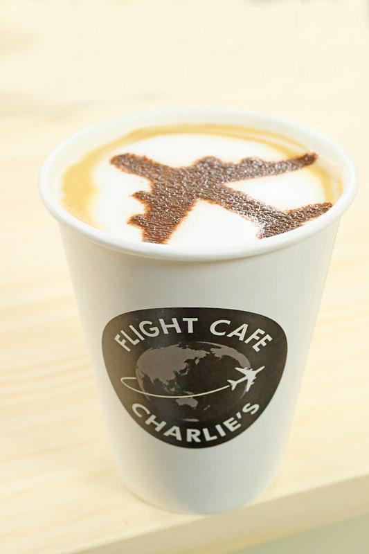 フライトカフェ・チャーリイズのロゴが入ったカップ