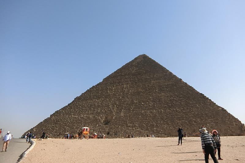 ギザの1番巨大なクフ王のピラミッド