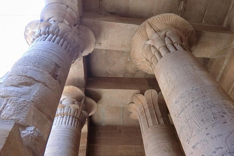 神殿の柱は蓮の花がモチーフ