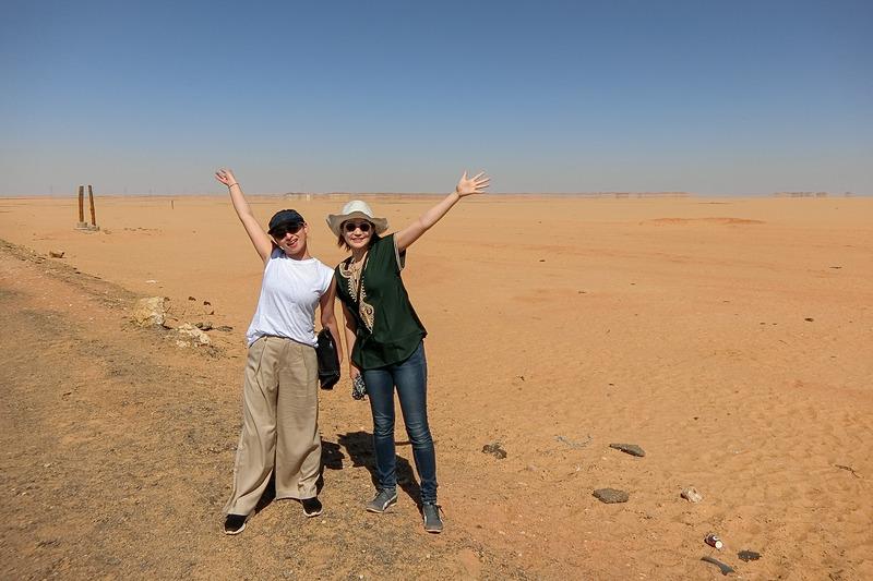 アブシンベルへ向かう砂漠!奥に蜃気楼も写っています