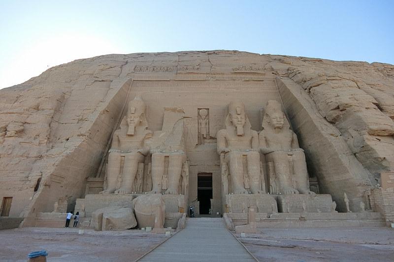 巨大さに圧倒されてしまうアブシンベル神殿