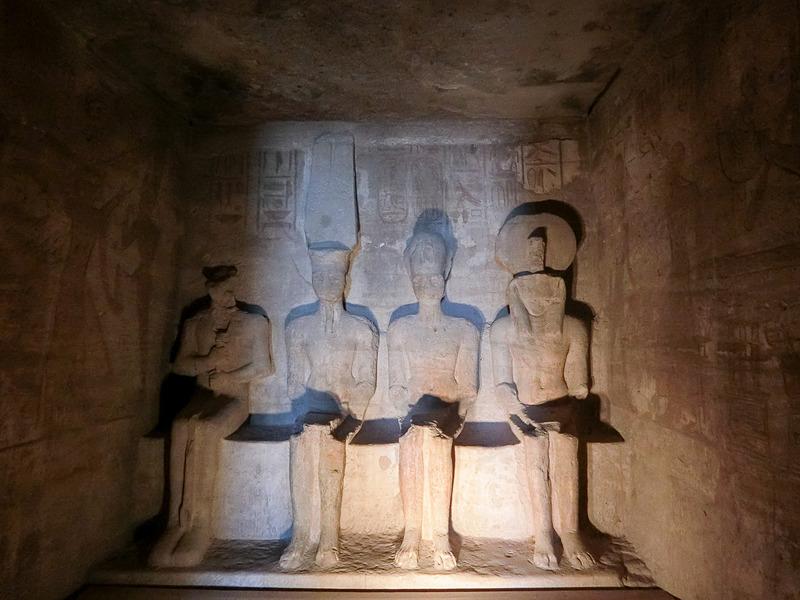 至聖所。神と並んで右から2番目にラムセス2世が鎮座。1番左の闇の神プタハ神にだけは光が当たらない