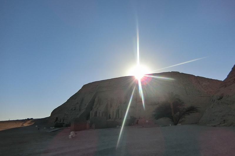 古代エジプト人が太陽を神と崇めるのも頷けます。アブシンベル神殿と太陽