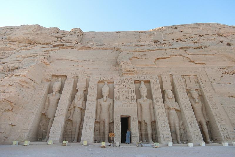 ラムセス2性の愛妃ネフェルタリとハトフル女神に捧げられた小神殿