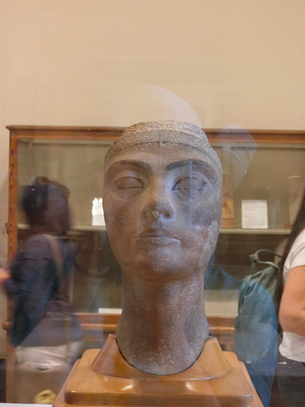 ネフェルティティ王妃の像