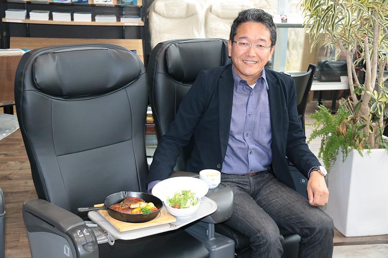 「世界でもっとも多くの航空会社に乗った」ギネス世界記録を持つ航空写真家チャーリィ古庄(ふるしょう)氏がプロデュースしたカフェレストラン「フライトカフェ・チャーリイズ」が、3月26日にオープンする