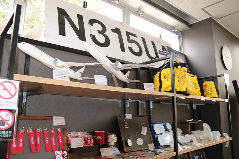 チャーリィ氏は2016年から、さくら館内に「フライトショップ・チャーリイズ」というショップをオープンしている。各種グッズや航空機のシートまで販売されていたのには驚き(普段は店内撮影禁止)