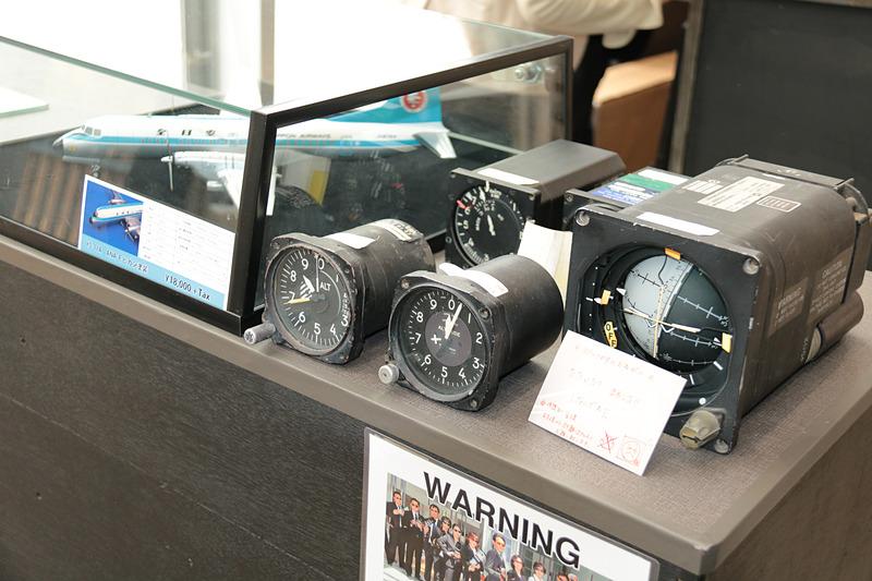 フライトショップ・チャーリーズに展示されていた国産旅客機「YS-11」の計器類。これはマニアには垂涎もの