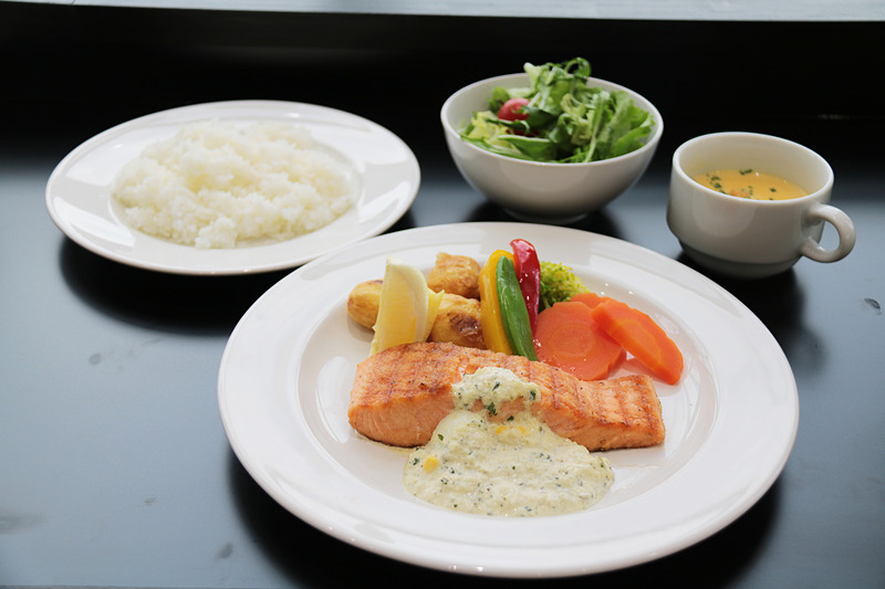 「サーモングリルのヘルシーランチ」(サラダ、スープ、ライスまたはパンがついて1580円)