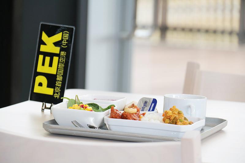 各空港名(スリーレターコード)を用いた席札。オーダー時に渡され、席について料理を待つ