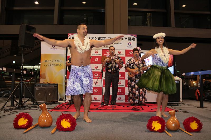 「ハワイアンエアラインズ セレネーダーズ アンド ダンサーズ」によるパフォーマンス