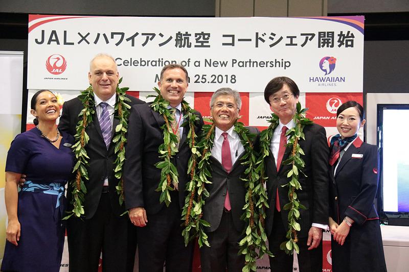左から、ハワイアン航空 国際提携担当役員 テオ・パナジオテリアス(Theo Panagiotoulias)氏、ハワイアン航空 COO ジョン・スヌーク(Jon Snook)氏、日本航空株式会社 代表取締役 副社長 藤田直志氏 、日本航空株式会社 執行役員 国際路線事業本部長 米澤章氏