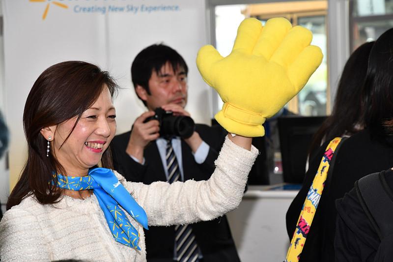 搭乗案内がはじまり、代表取締役社長 五島勝也氏と取締役 副社長 山室美緒子氏がハイタッチで見送った
