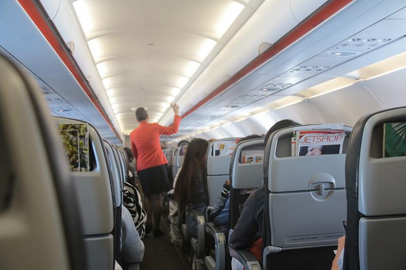 離陸後3時間ほど経ったころ、キャビン内で除菌スプレーの散布があった。乗客の飲食の状態なども確認したうえで行なっているようだ