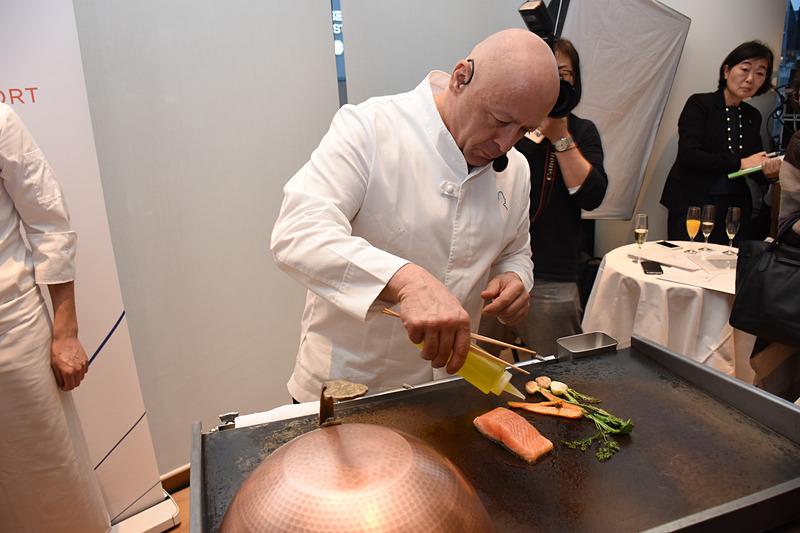 魚(サクラマス)料理とデザート、2品の鉄板調理を披露するマルクス氏