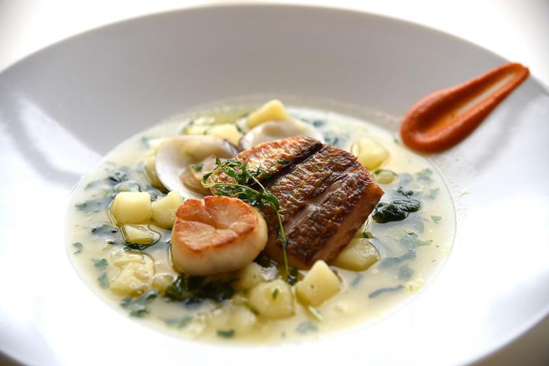 「いとより鯛と帆立貝のインパデッラ 蛤とじゃが芋のウミド ンドゥィヤとトマトのペーストをアクセントに」